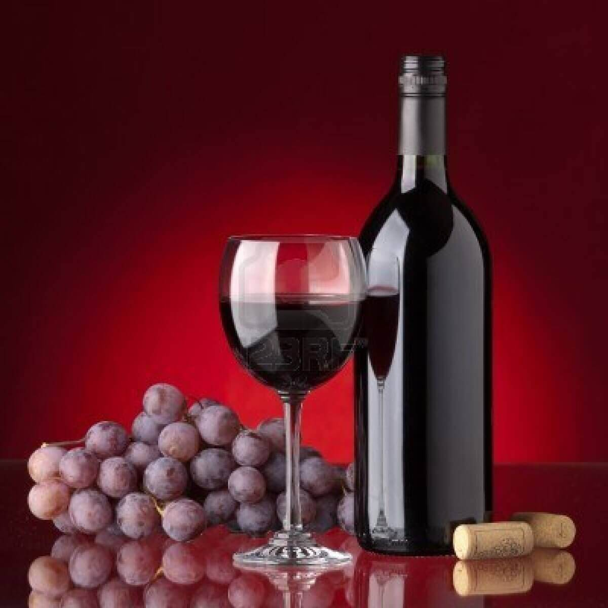 Fles wijn en rode druiven