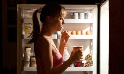 Deze 6 voedingsmiddelen kun je beter niet 's avonds eten