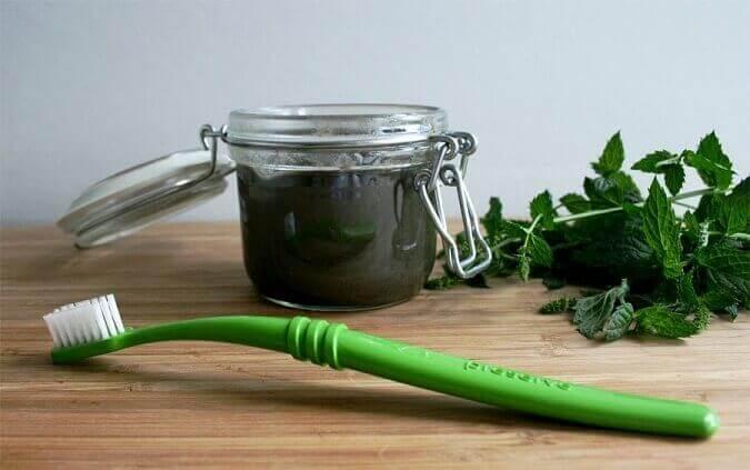 Tandenborstel met natuurlijke remedie