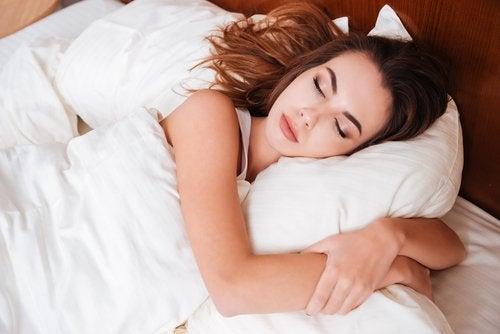 Voldoende slaap zal kringen onder de ogen verwijderen