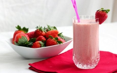 Schaaltje aardbeien en een aardbeien smoothie