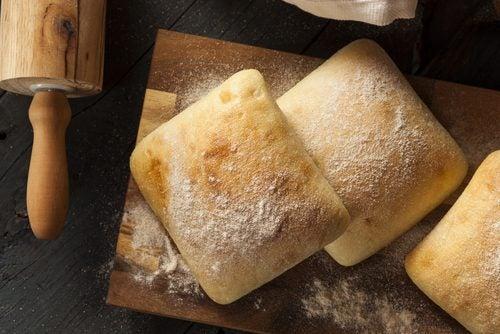 Broodjes op een broodplank