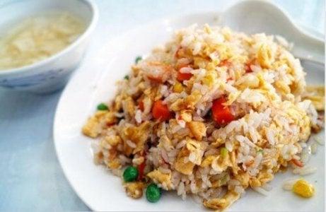 De saus van Chinese rijst met kip en honing