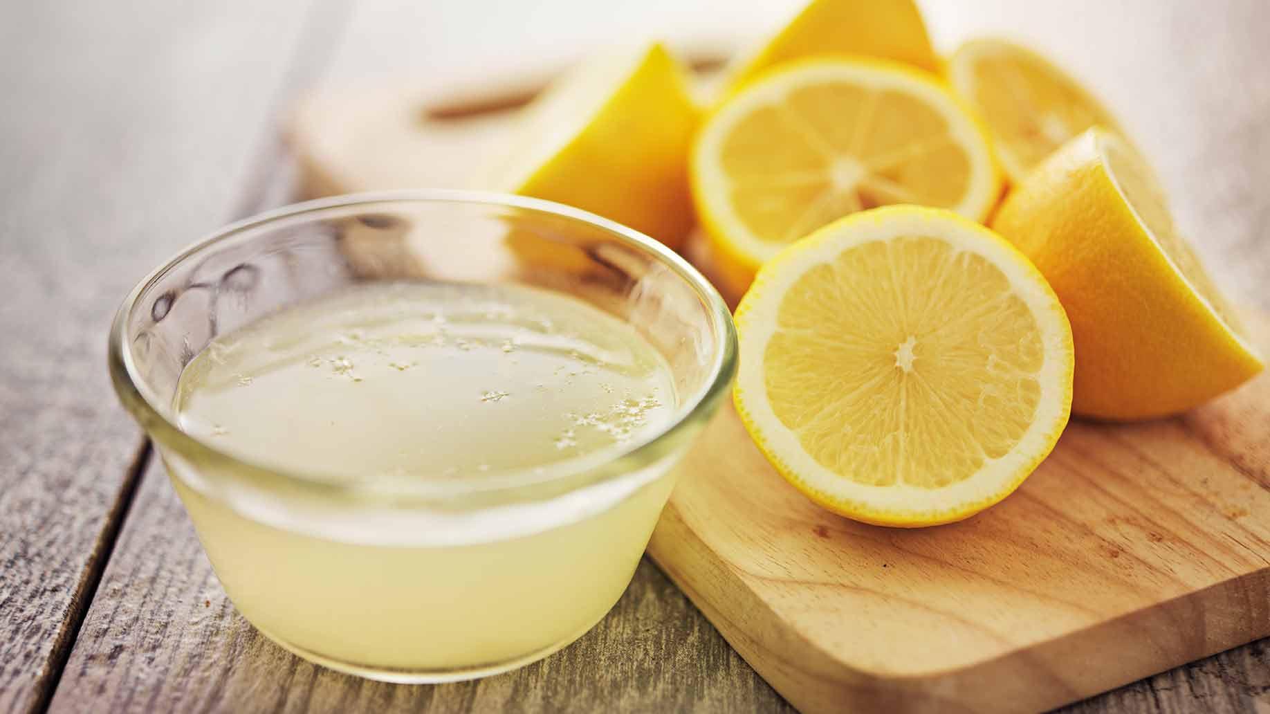 Gesneden citroen en een schaaltje citroensap