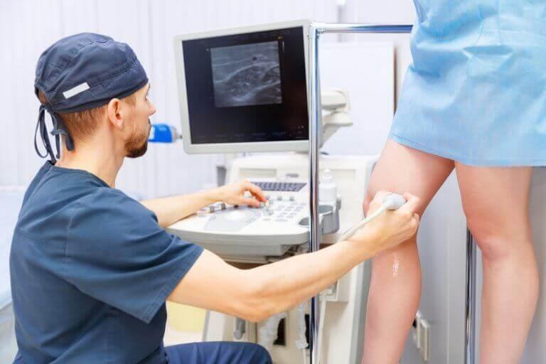 Arts maakt een echo van een been