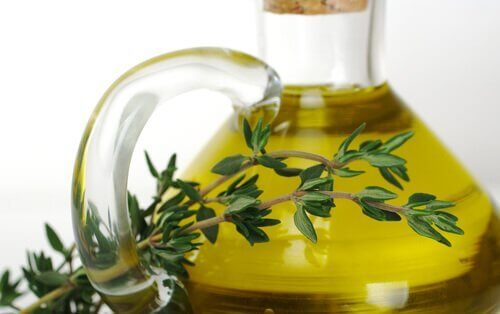 Schimmelnagels behandelen: etherische olie van tijm