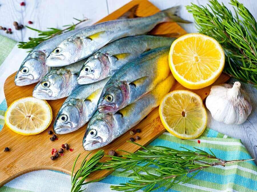 Buikvet verliezen: vis met citroen