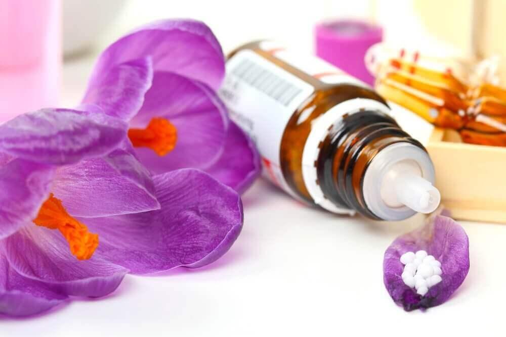 Flesje bachbloesem en paarse bloemen