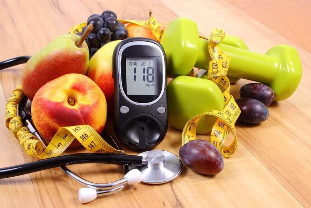 Fruit, stopwatch, stethoscoop en gewichten