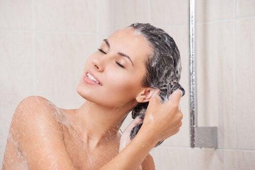 Vet haar behandelen met zeezout tijdens het douchen