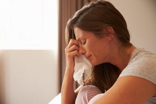 Huilende vrouw met zakdoek in haar handen