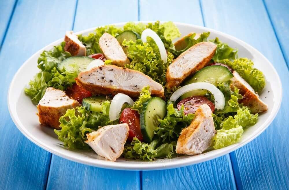 Salade met kip gebruiken voor je voorgerechten