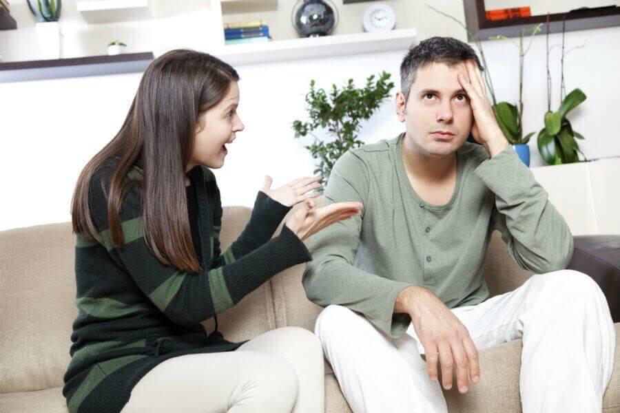 Vrouw maakt ruzie en man kijkt vermoeid omhoog