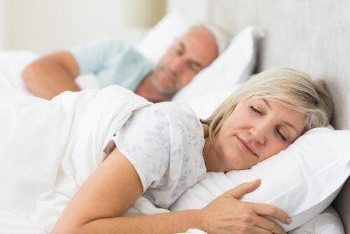 Man en vrouw onder wit dekbed