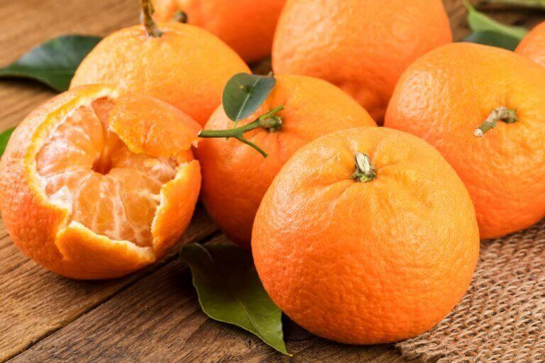 Hele clementines en clementine met open schil