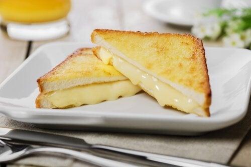 Monte cristo sandwich waar kaas uit druipt