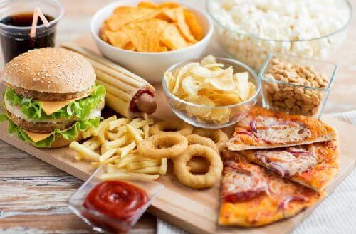 Hamburger, patat, pizza en chips