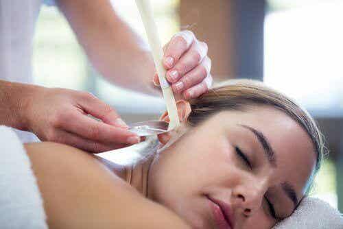 Oorkaarsen om je oren op een natuurlijke wijze schoon te maken