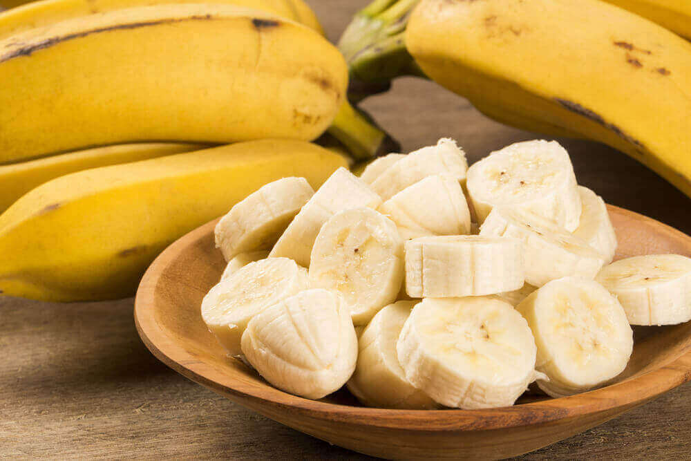 Plakjes banaan op een houten schaal