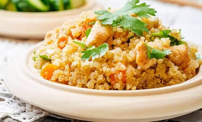 Bord met quinoa en kip
