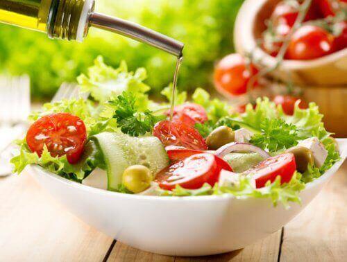 Witte schaal met salade en olijfolie