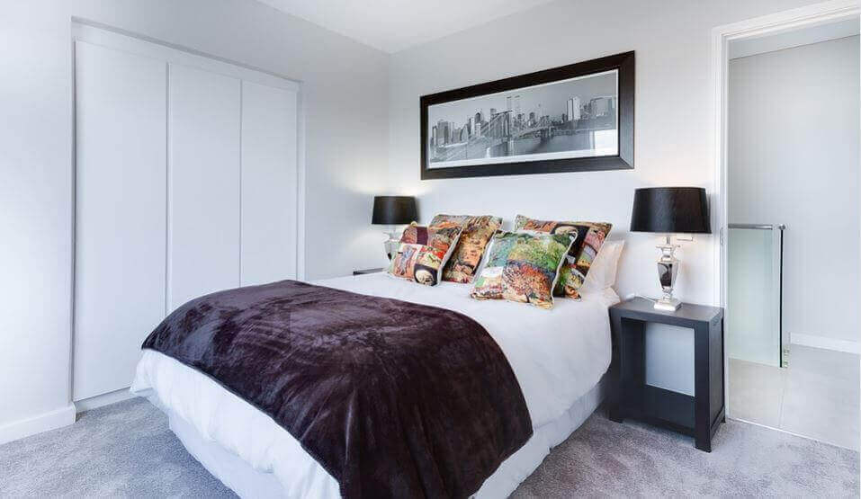 Nette slaapkamer met opgemaakt bed