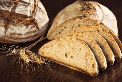 Bruin brood en sneetjes bruin brood
