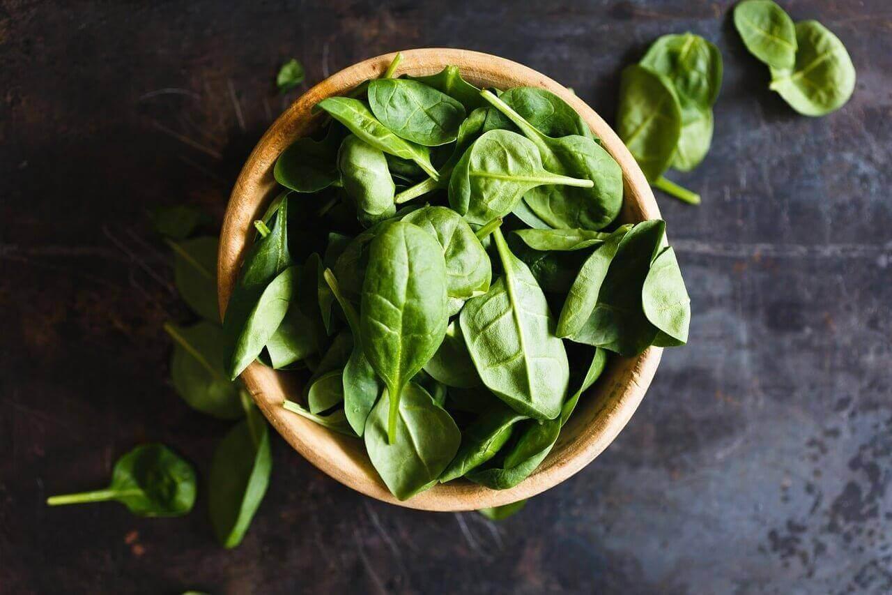 Detox-salades met spinazie voor het reinigen van de dikke darm