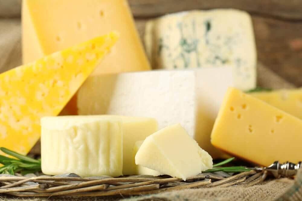 Rieten mandje met verschillende soorten kaas