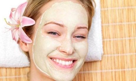Lachende vrouw met een masker op haar gezicht