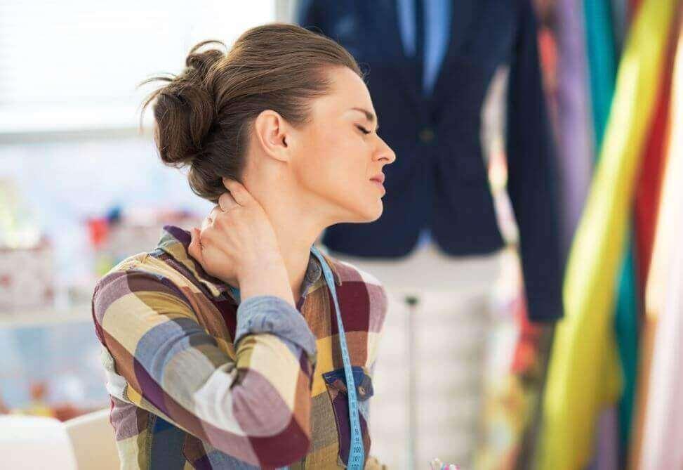 Vrouw houdt pijnlijke nek vast