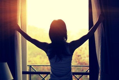 Vrouw kijkt naar de zonsopgang