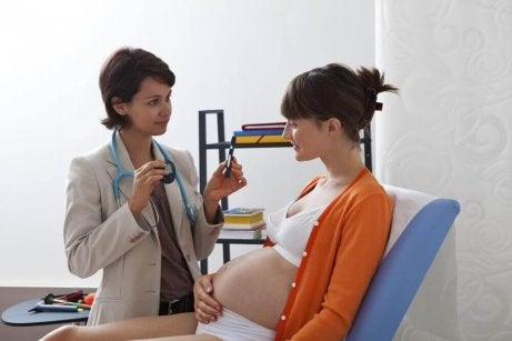 Arts doet test bij zwangere vrouw