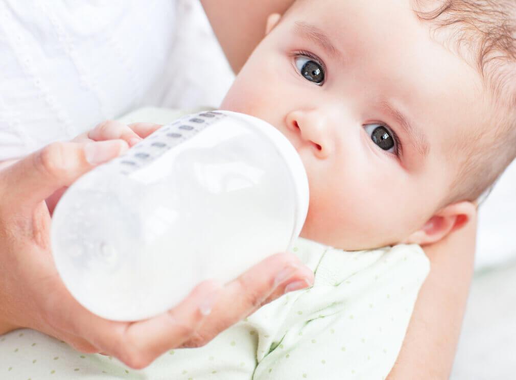 Moet je je baby wakker maken voor de voeding?