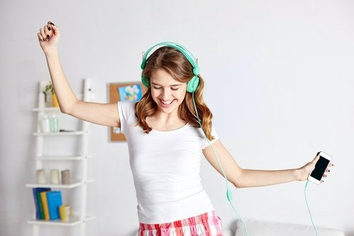 Meisje dat danst omdat ze geen last meer heeft van stemmingswisselingen