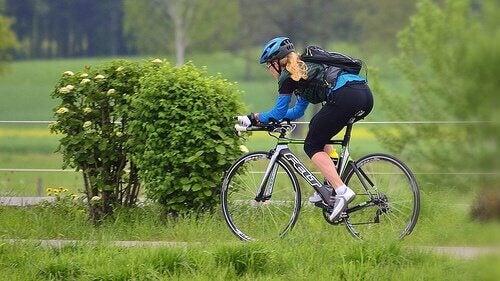 Vrouw die fietst voor mooie benen