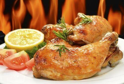 Gebakken kip met sinaasappel en rozemarijn is heerlijk