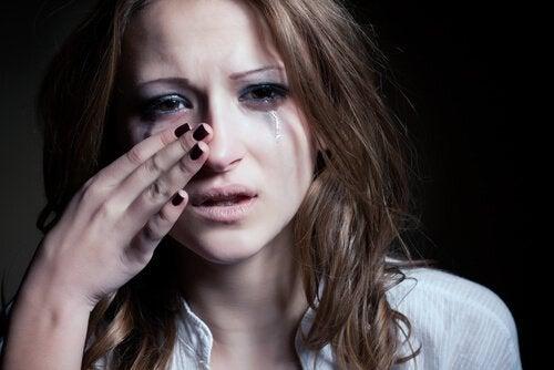 Vrouw die haar tranen wegveegt