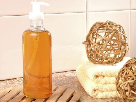 Vet verwijderen van het aanrecht met neutrale zeep