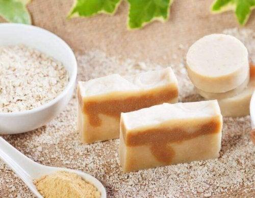 Maak zelf een natuurlijke zeep met havermout om je huid te exfoliëren