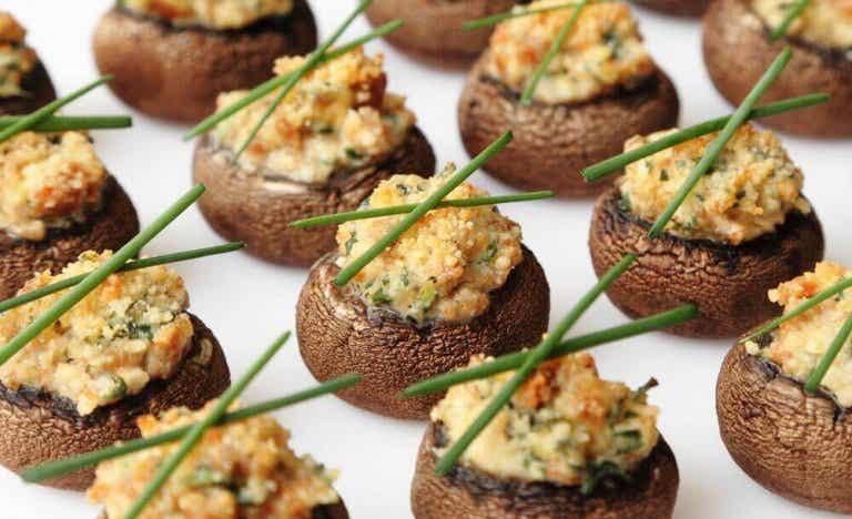 Recepten voor gevulde paddenstoelen met roomsaus