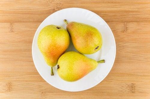 Drie peertjes op een bordje, maar wat is veilig fruit voor je baby?