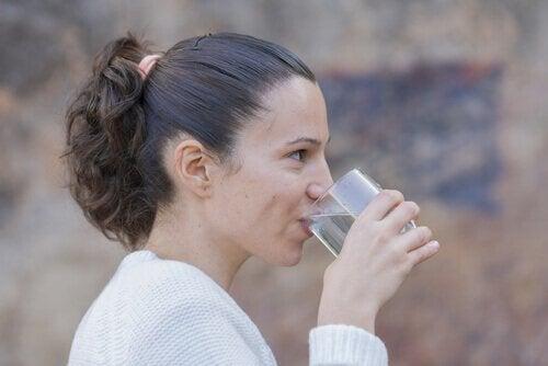 Drink voldoende water om gebarsten lippen te voorkomen