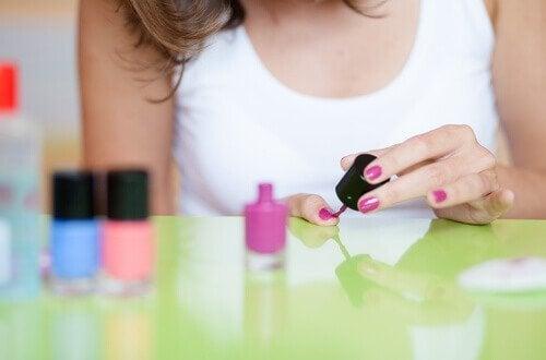 Vrouw die semi-permanente nagellak aanbrengt