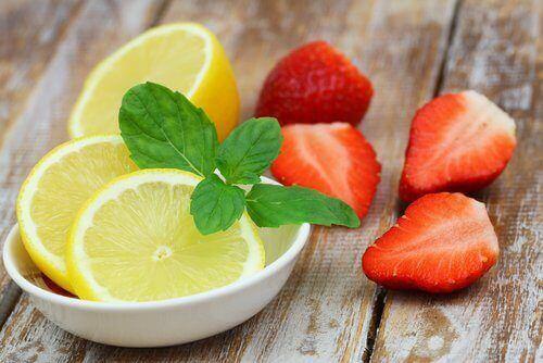 Je lichaam zuiveren: citroen en aardbei