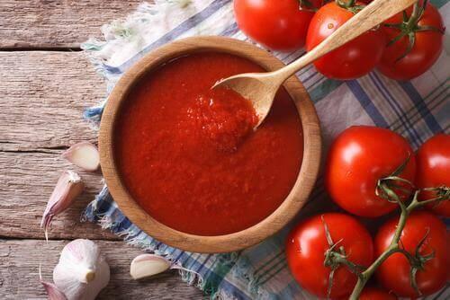 Tomatensaus past goed bij vegetarische gehaktballen