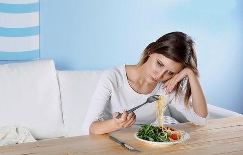 Depressieve vrouw die voeding tegen depressie moet proberen