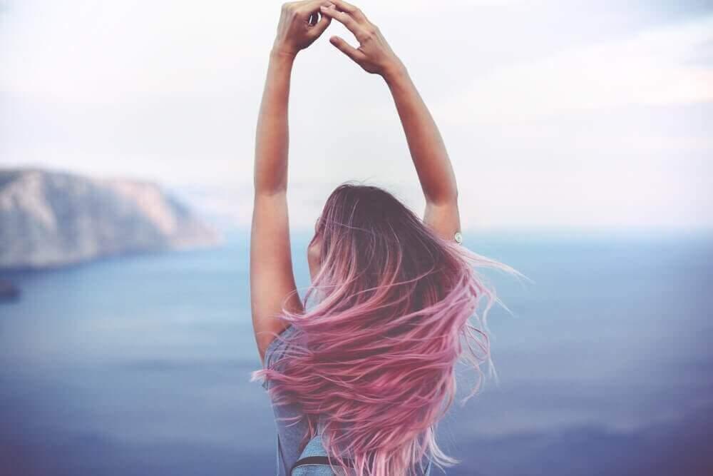 Meisje dat van een hoogte over de zee uitkijkt