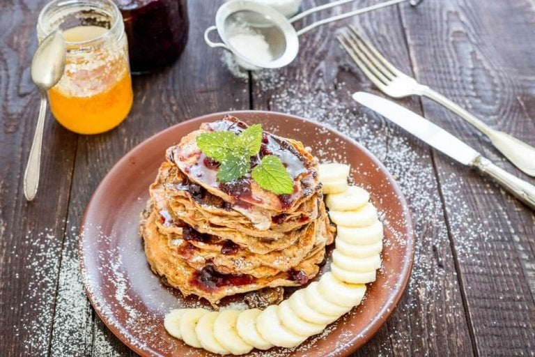 Pannenkoeken met havermout, bananen, cacao en kokosolie als ontbijt