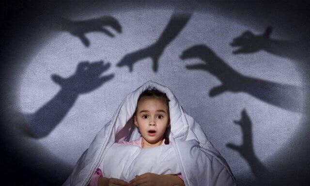 Angst voor het donker overwinnen door het te confronteren